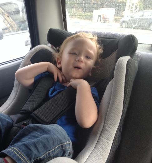 ילד בכיסא בטיחות לרכב