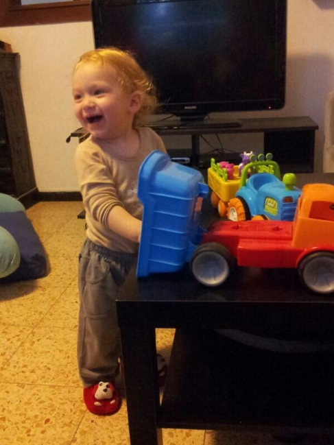 הילד משחק במשאית