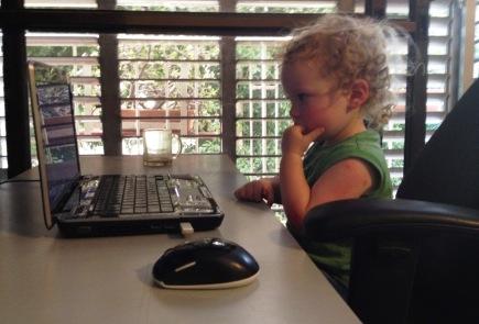 ילד מול מחשב