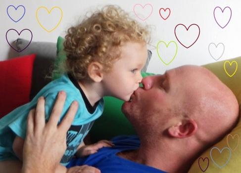 ילד מנשק אבא