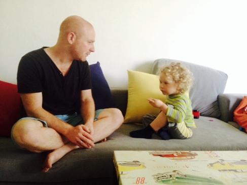אבא וילד מדברים